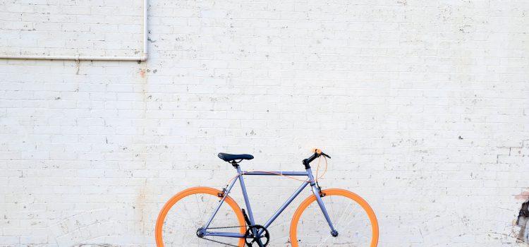 bicicleta encostada na parede