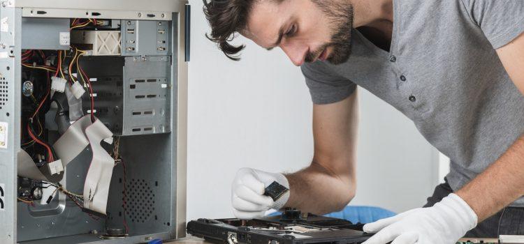 homem consertando carcaça de notebook